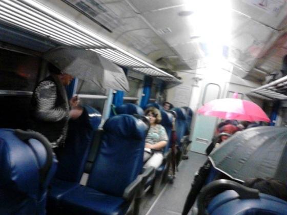 in treno con l'ombrello