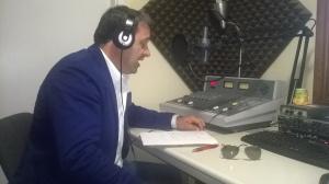 Gabriele Chiurli nello studio di registrazione di Radio Toscana